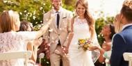 عروسان يطلبان من المدعوين أمرا شديد الغرابة يصيب الحضور بالذهول