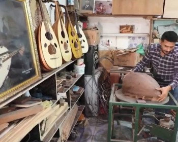 الأيدي الحانية تصنع العود سلطان العزف في الشرق الأوسط