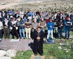 عشرات المواطنين يؤدون صلاة الجمعة في أراضيهم المهددة بالاستيلاء جنوب الخليل