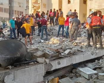 بالفيديو   انتشال شاب على قيد الحياة من تحت الركام وسط مدينة غزة