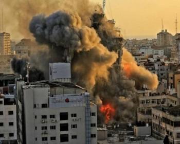خاص بالفيديو   مشاهد حصرية للحظة استهداف منزل في مدينة غزة على الهواء مباشرة